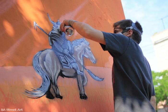 artista pintando graffiti buenos aires buenosairesstreetart.com