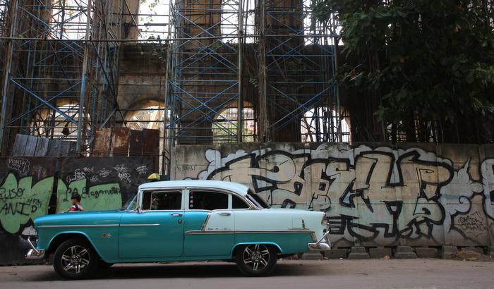 classic cars havana cuba tour graffiti buenosairesstreetart.com