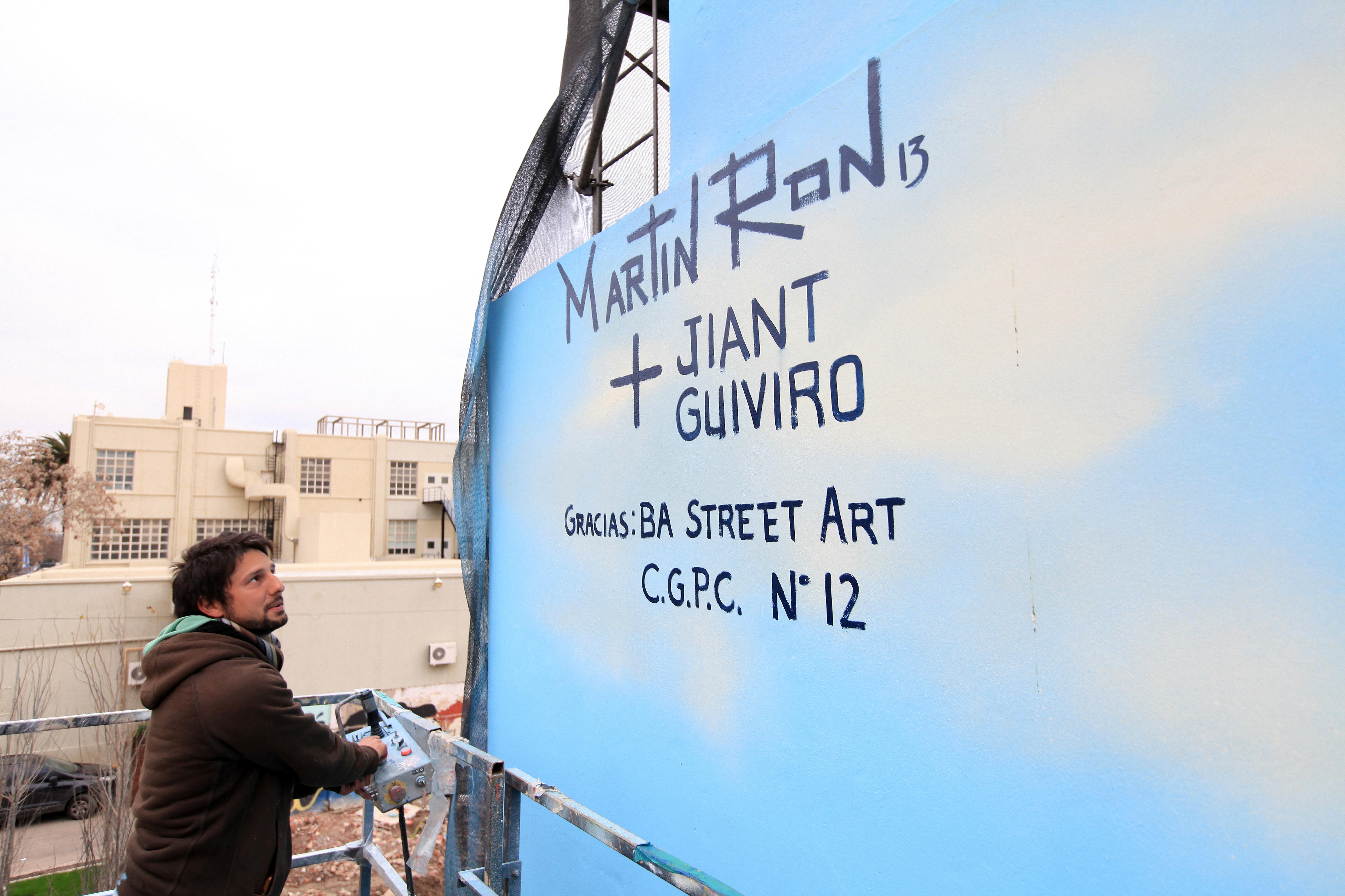street artist signing mural martin ron curado por buenos aires street art jiant guiviro villa urquiza argentina