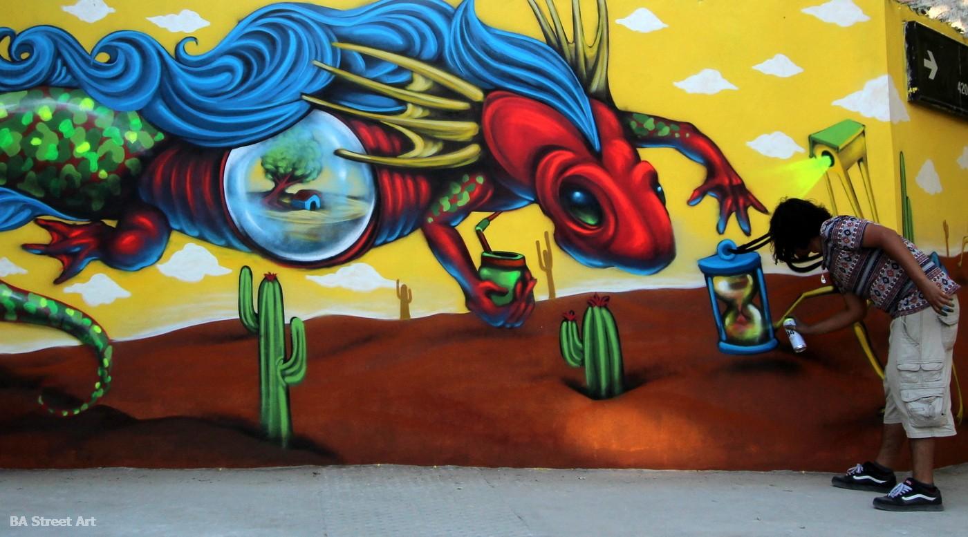 Artista quack zean con el mural terminado