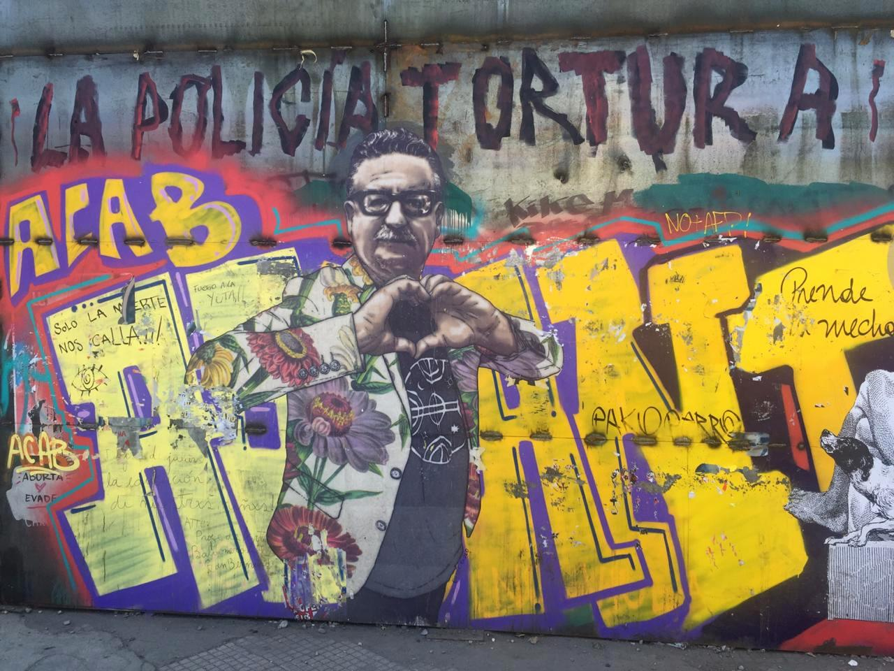salvador allende santiago chile protesta policia tortura propaganda politica buenosairesstreetart.com